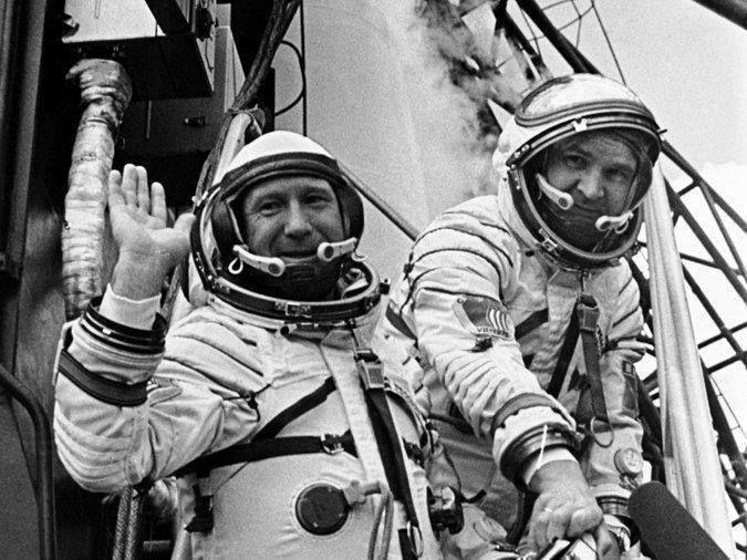 Алексей Леонов (слева) отправляется в полет во время которого выйдет в открытый космос. 1965 г.